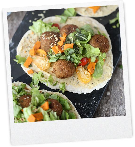 Gemüsebällchen auf Hummus und Fladenbrot