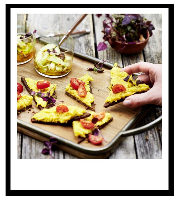 Pumpernickel-Bruschetta mit Gurkensalat