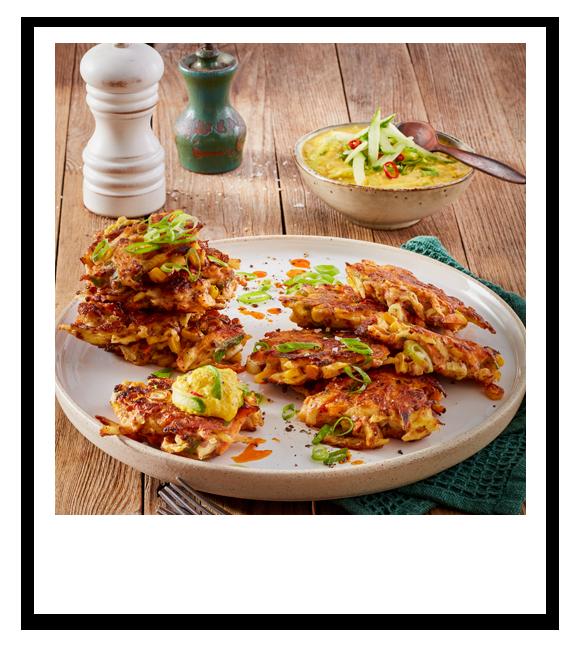 Gemüse-Fritters mit Linse-Curry-Raita